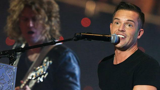 "imagen The Killers tocó ""Shot At The Night"" y ""Mr. Brightside"" en los EMA's 2013"