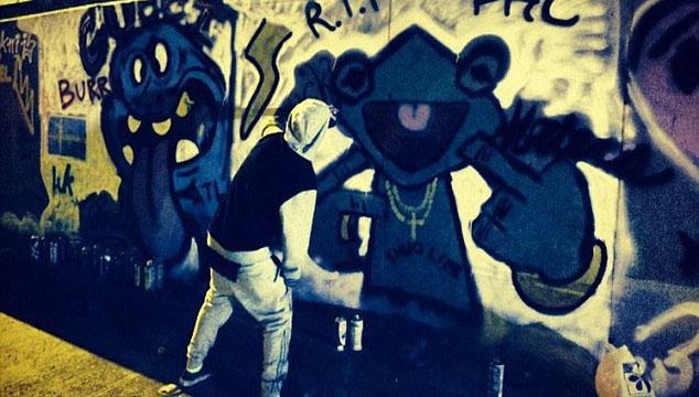 imagen Justin Bieber pinta graffitis en Bogotá mientras lo escolta la policía (VIDEO)