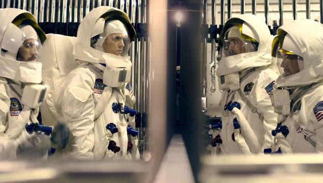 """imagen Imagine Dragons van al espacio en el videoclip de """"On top of the world"""""""