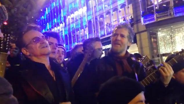 imagen Bono canta villancicos en Dublín por una buena causa (VIDEO)