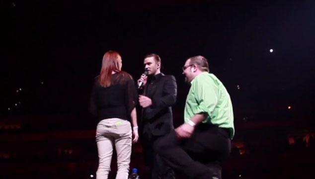 imagen Justin Timberlake ayuda a fan a pedir matrimonio durante un concierto (VIDEO)