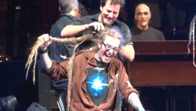 imagen Eddie Vedder de Pearl Jam le corta el cabello a un fanático en pleno concierto (VIDEO)