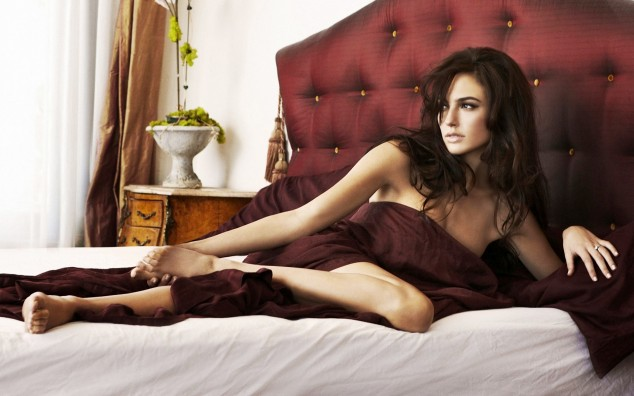 gal-gadot-in-bed_99875-1920x1200