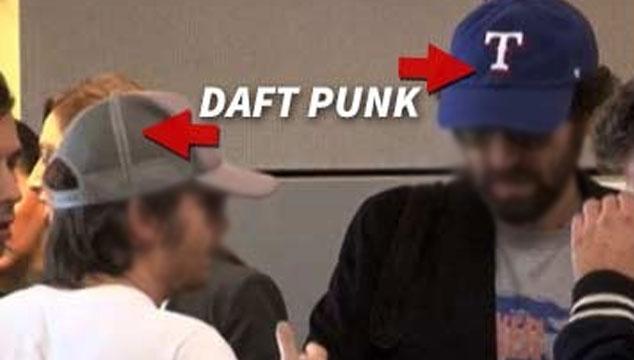 imagen Le quitan las máscaras a Daft Punk en el aeropuerto de Los Angeles (FOTO)