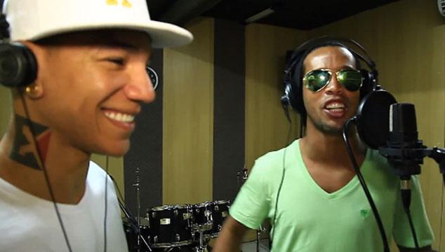 imagen El futbolista Ronaldinho se estrena como cantante (VIDEO)
