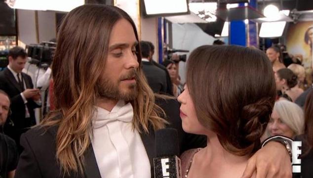 imagen Jared Leto le echa los perros a Emilia Clarke de 'Game of Thrones' en plena alfombra roja