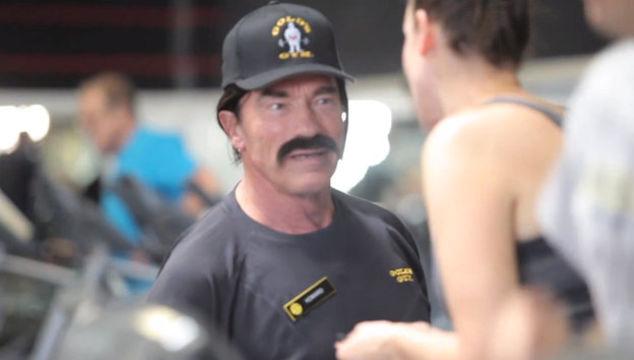 imagen Arnold Schwarzenegger se disfraza de entrenador y engaña a todos en un gimnasio