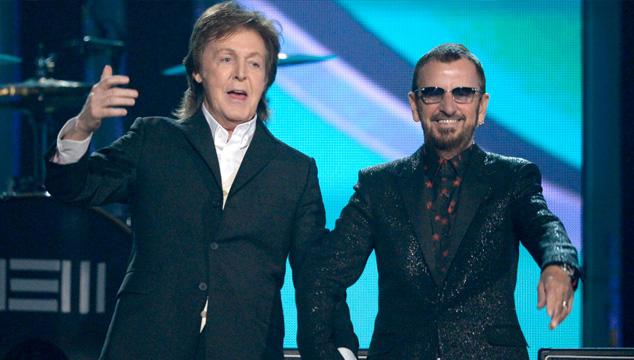 imagen Paul McCartney y Ringo Starr hacen mini reunión Beatle en los Grammys (VIDEO)
