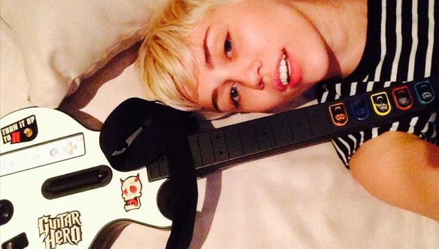 imagen Miley Cyrus no fue a los Grammys por jugar Guitar Hero