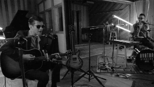 """imagen Arctic Monkeys estrena video de la versión acústica de """"Do I Wanna Know?"""""""