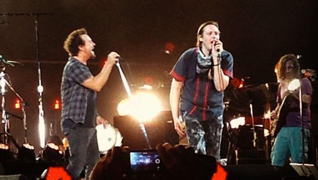 """imagen Win Butler de Arcade Fire se une a Pearl Jam en tarima para cantar """"Rockin' in the Free World"""""""