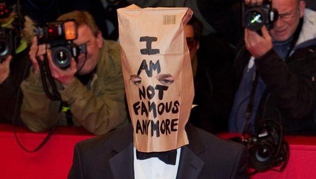 imagen Shia LaBeouf usa una bolsa de papel en la cabeza para el estreno de 'Nymphomaniac' en Berlin (FOTOS)