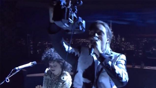 """imagen Arcade Fire toca """"Afterlife"""" en el show de Jimmy Fallon"""