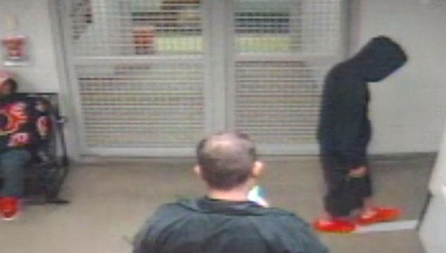 imagen Justin Bieber lucha por caminar en línea recta después de ser arrestado por manejar ebrio (VIDEO)