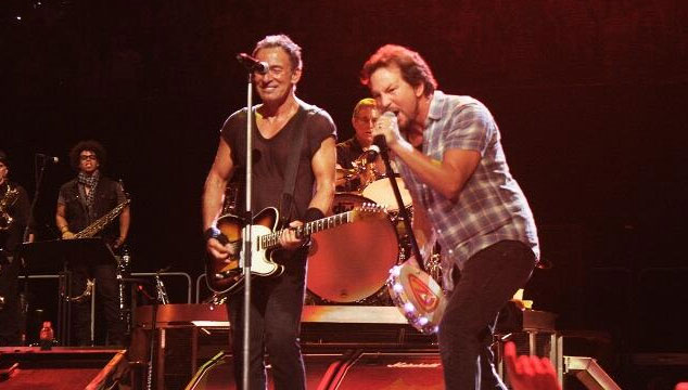 "imagen Bruce Springsteen versiona ""Stayin' alive"" de los Bee Gees y ""Highway to Hell"" de AC/DC con Eddie Vedder"