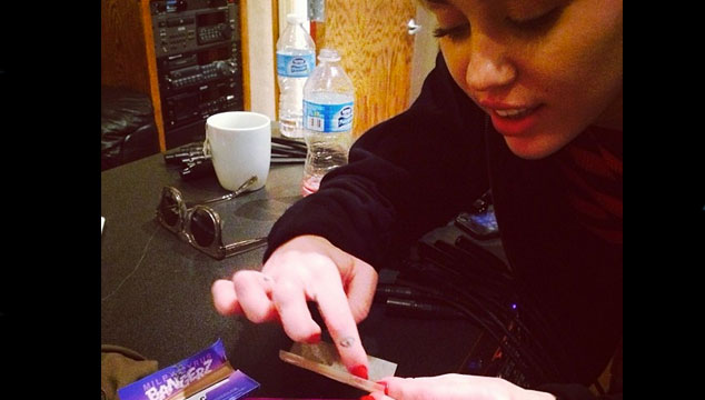 imagen Miley Cyrus ya tiene su línea de rolling papers y la estrena… ¡Armando un porro! (FOTO)