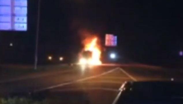 imagen Se quemó el autobus de Miley Cyrus (VIDEOS)