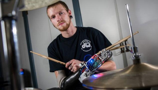 imagen Conoce al baterista que toca con un brazo robótico sin problema alguno (VIDEO)