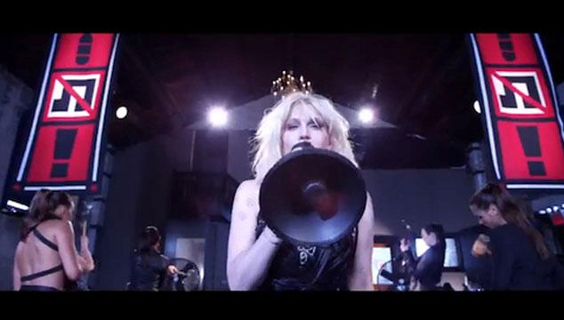 imagen Courtney Love se vuelve una dictadora en el nuevo video de Fall Out Boy
