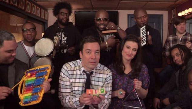 imagen Idina Menzel canta el tema de 'Frozen' con instrumentos para niños en el show de Jimmy Fallon