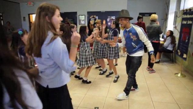 imagen Pharrell visita de sorpresa un colegio de niños (VIDEO)