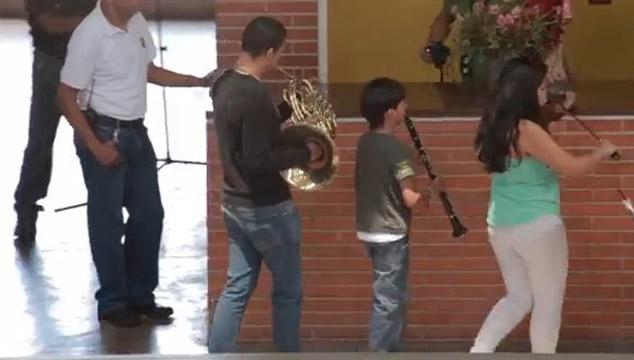 imagen Orquesta Sinfónica Juvenil sorprende a vecinos de Chacao con conmovedor concierto (VIDEO)