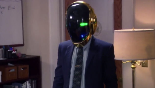 imagen Aziz Ansari usa un casco de Daft Punk en un episodio de 'Parks and Recreations' (VIDEO)