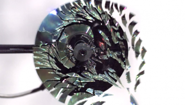 imagen Video innecesario en cámara lenta del día: Un CD explotando a 170.000 cuadros por segundo