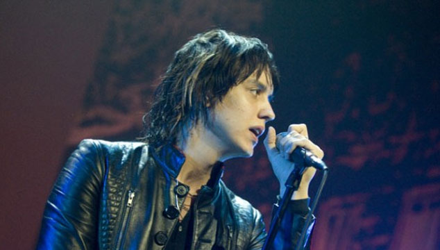 Escucha A Julian Casablancas Versionar Un Tema De The