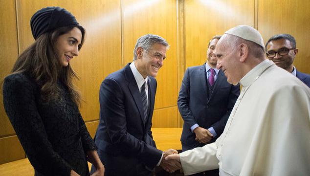 imagen El Papa le otorgó medallas a George Clooney y Salma Hayek