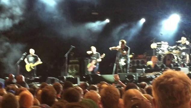 imagen Eddie Vedder detuvo una agresión a una mujer en pleno concierto