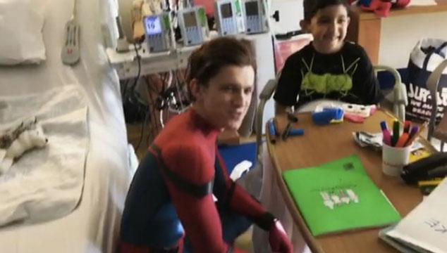 imagen Tom Holland visitó a niños enfermos en un hospital vestido de Spider-Man y le dijeron que Batman es mejor