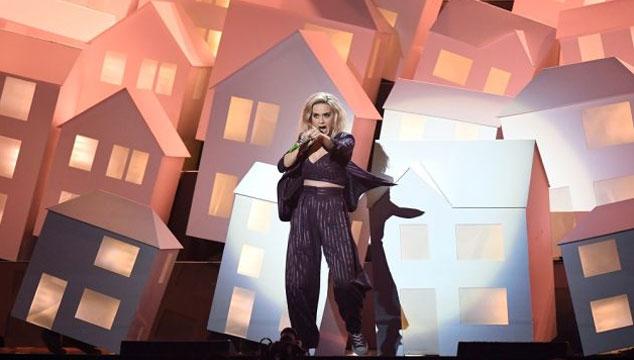 imagen Una de las casas bailarinas de Katy Perry se cayó del escenario en los BRIT Awards (VIDEO)