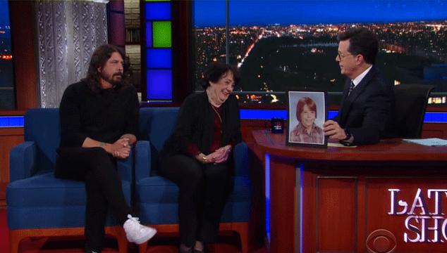 imagen Dave Grohl y su mamá hablaron con Colbert sobre criar a un hijo rockstar, Kurt Cobain y más