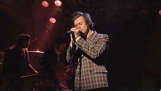 imagen Harry Styles se estrenó en vivo como solista tocando dos temas en 'Saturday Night Live'