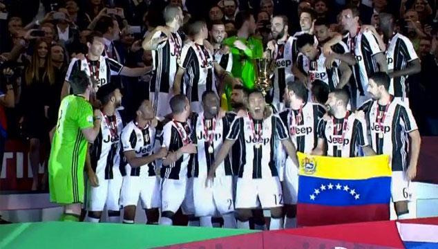 imagen Tomás Rincón celebró su primer título con la Juventus con la bandera de Venezuela (FOTOS)