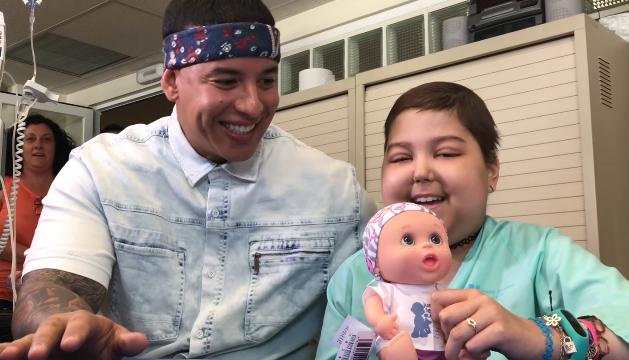 imagen Una cuchura: Daddy Yankee canta 'Despacito' con una niña con cáncer (VIDEO)