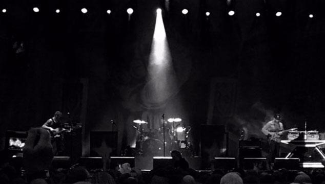imagen Miembros de Audioslave tocaron 'Like a Stone' con un reflector iluminando un micrófono vacío (VIDEO)
