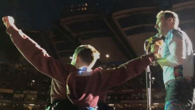 imagen Coldplay cantó con un fan en silla de ruedas en un concierto (VIDEO)