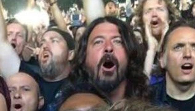 imagen Dave Grohl fue a un concierto de Metallica y se divirtió como un niño (FOTOS)
