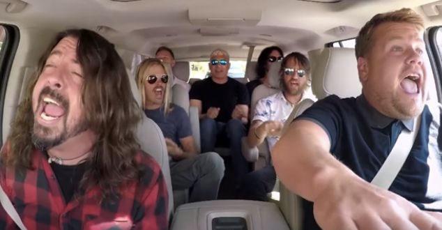imagen El capítulo de 'Carpool Karaoke' con Foo Fighters, donde terminan tocando en un Guitar Center