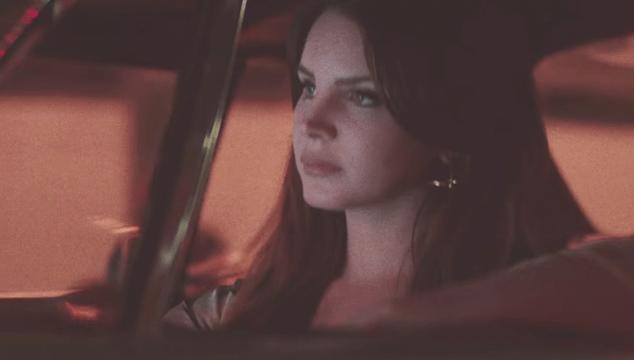 imagen Lana del Rey maneja por una Los Ángeles futurista en el video de 'White Mustang'