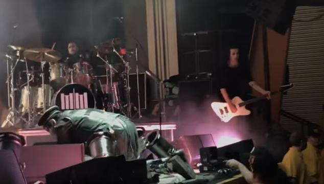 imagen Marilyn Manson pospone gira luego de que escenario colapsara sobre él