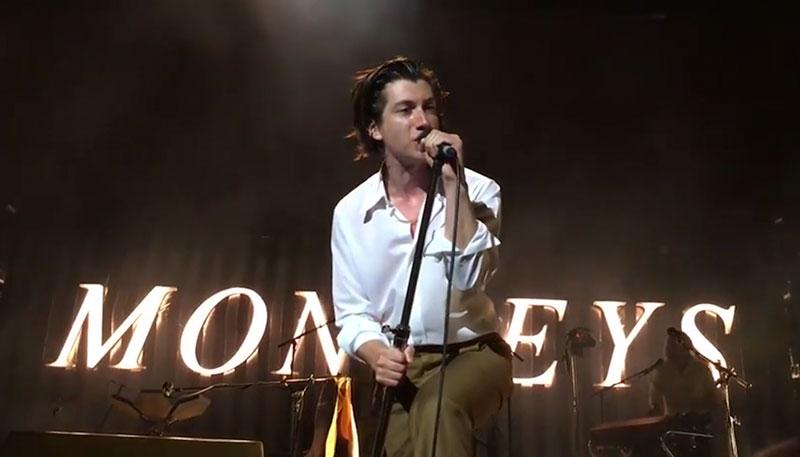 Resultado de imagen de Arctic Monkeys - Lipstick Vogue live